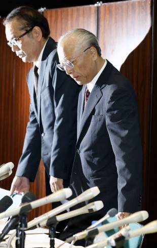 Tadakazu Kimura, then-president of the Asahi Shimbun, bows in apology during a news conference in Tokyo on Sept. 11.