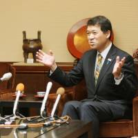 Niigata governor still at odds with Tepco chief over reactor restarts