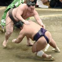 Hakuho impresses on opening day