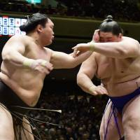 Hakuho sees off 'Monster' Ichinojo