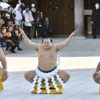 Hakuho braced for shot at history