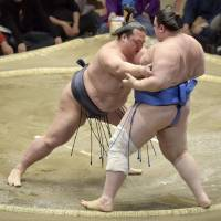 Hakuho avoids shock defeat to Ikioi
