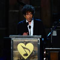 Dylan turns music critic in rare speech