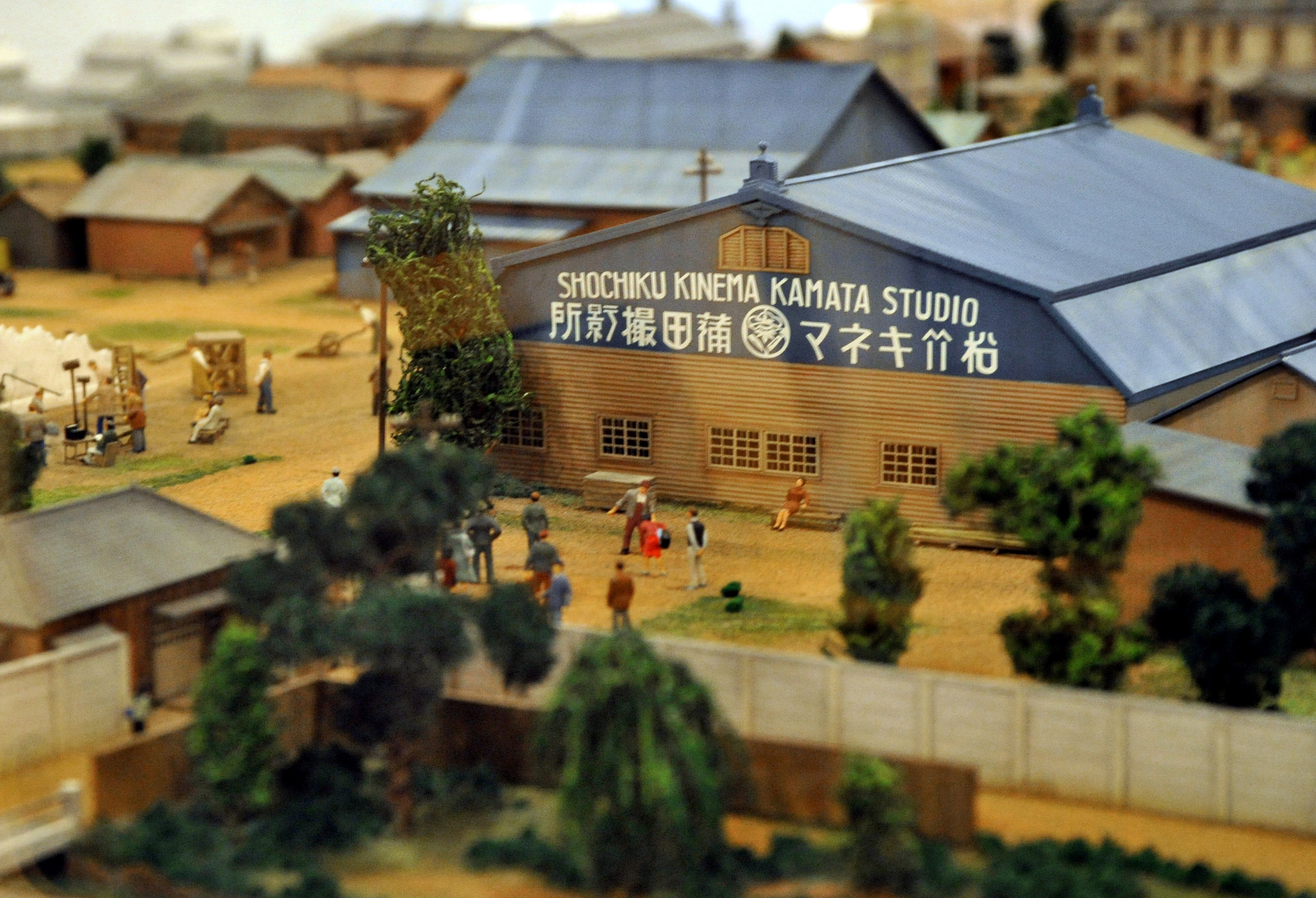 A scale model of the film studio belonging to Shochiku, a major kabuki, movie and theater production company, from 1920 to 1936 in the Kamata district in Ota Ward, Tokyo, is on display in the basement exhibition space at Ota Kumin Hall, better known as Aprico Hall.