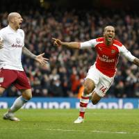 Arsenal pounds Villa; Saints slip up