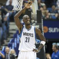 Fans give Garnett big welcome back