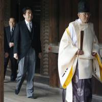 It's 'natural' for leaders to visit Yasukuni, Abe says