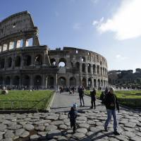 U.S. tourist pair face charges for defacing Colosseum