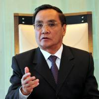Laos' Thongsing meets with Abe, vows to deepen ties with Japan