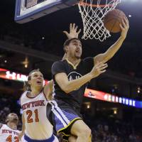 Curry leads Warriors in rout of lowly Knicks