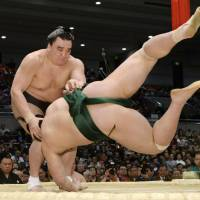 Hakuho extends win streak to 28 matches