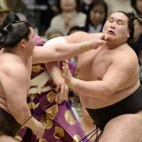 Terunofuji puts end to Hakuho's perfect run