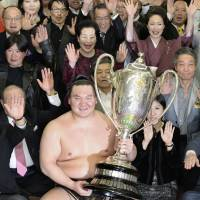 Hakuho captures 34th Emperor's Cup