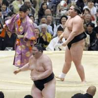 Terunofuji takes title bid to final day