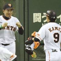 Giants edge BayStars in 2015 season opener