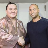 Jeter meets Hakuho, other sumo wrestlers