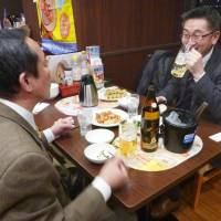 Family-style eateries give 'izakaya' competition with evening bar services