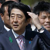 Abe sends ritual offering to Yasukuni Shrine; visit unlikely