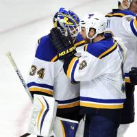 Blues beat Blackhawks to top Central Division