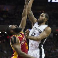Spurs edge Rockets for 10th straight