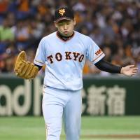 Taguchi passes debut test with flying colors as Giants down Swallows