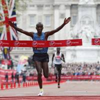 Kipchoge leads Kenyan top four in London Marathon