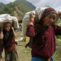 Days after quake, aid arrives in remote Nepal villages