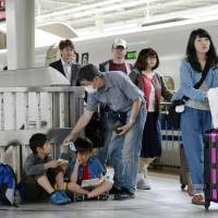 Returning travelers flood planes, trains on Golden Week finale