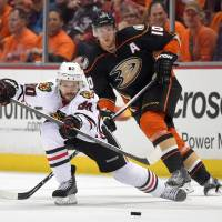 Ducks beat Blackhawks in Game 1