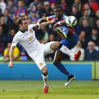 Man United tightens grip