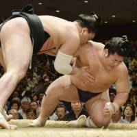 Hakuho suffers loss on tourney's first day