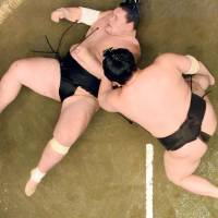 Hakuho has no issues in win over Terunofuji