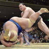 Hakuho takes sole lead