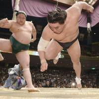 Sadanoumi beats Harumafuji in do-over bout, hands yokozuna first loss of tournament