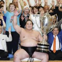 Sekiwake Terunofuji wins title after Hakuho stumbles