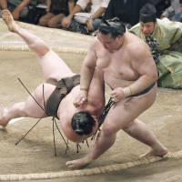 Hakuho loses sole lead
