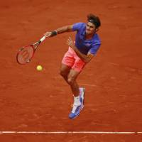 Federer  moves into 4th round