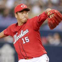 Carp's Kuroda picks up victory despite shaky outing