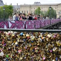 Romantic street art replaces love locks on Paris bridge