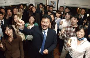 Congratulations: In October 2003, Hiroshi Mikitani celebrates the birthdays of all his employees born that month. The monthly birthday parties, designed to enhance employee motivation, are still a feature of life at Rakuten Inc. today.