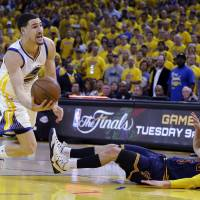 LeBron carries Cavaliers past Warriors in Game 2