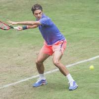 Federer stays on track for eighth Halle title