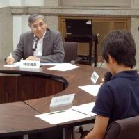 Kuroda prevails as high schoolers get crash course on BOJ policy