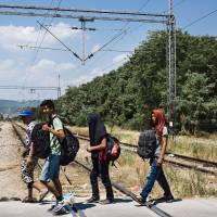 Hungary expects Serbia border fence to stop migrants will be completed by Aug. 31