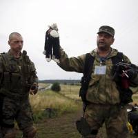New video emerges of Ukrainian rebels looting luggage of Flight MH17 victims
