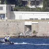 Saudi king's presence forces lockdown of French Riviera beach