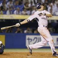 Naruse gets helping hand from Swallows hitters in win over Tigers
