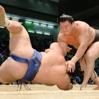 Hakuho, Kakuryu remain tied for lead