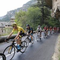 Fan hurls urine at Froome; Cummings wins stage 14