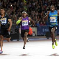 Bolt powers to win in London 100
